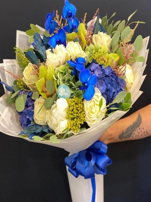 ASWEET COMBINATION OF WHITE AND BLUE FLOWERS
